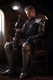 Oude ridder in metaalpantser Stock Foto's