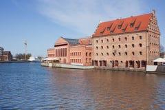 Oude rijtjeshuizen en straatkoffie over Motlawa-rivier in Gdansk, P Stock Foto's