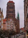 Oude Rijtjeshuizen met Kerk van Heilige Maagdelijke Mary - Bazylika Mariacka stock foto