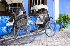 Oude riksjadriewieler dichtbij Fatt Tze Mansion of Blauw Herenhuis, Maleisië Royalty-vrije Stock Afbeelding