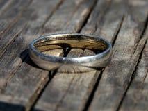 Oude ring op een houten raad royalty-vrije stock afbeeldingen
