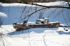 Oude riverboat is bevroren op het ijs Royalty-vrije Stock Foto's