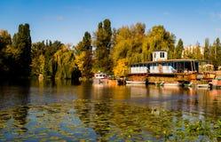 Oude rivierpijler op de Dnieper-Rivier in Oost-Europa royalty-vrije stock afbeelding