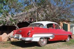 Oude rode Amerikaanse auto Stock Foto