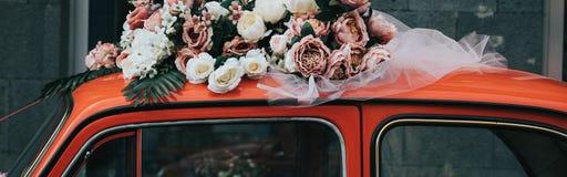 Oude rode auto met een lint royalty-vrije stock afbeeldingen