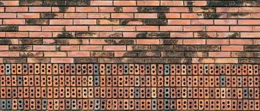 Oude rode bakstenen muur stock afbeelding