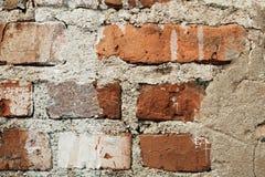 Oude rode bakstenen muur met barsten, de achtergrond van de stijlzolder stock afbeelding