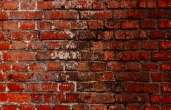 Oude rode bakstenen muur met een barst en sporen van verf Stock Afbeeldingen