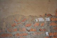Oude rode bakstenen muur met pleister Stock Fotografie