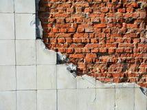 Oude rode bakstenen muur met tegels royalty-vrije stock afbeelding