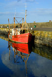 Oude rode boot in Howth, Dublin, Ierland Royalty-vrije Stock Foto
