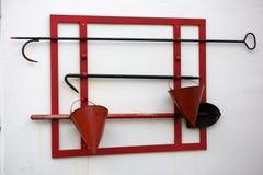 Oude rode brandbijl, schop, emmers Stock Afbeelding