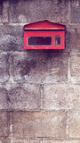 Oude rode brievenbus op concrete muur Stock Foto