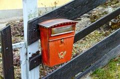 Oude rode brievenbus op een houten omheining oostenrijk Royalty-vrije Stock Foto