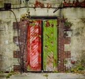 Oude rode en groene deuren Stock Foto's