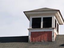 Oude rode en witte koepelzitting op een dak op een heldere dalingsdag Royalty-vrije Stock Afbeelding