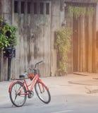 Oude rode fiets stock foto's
