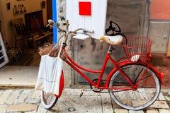 Oude Rode Fiets bij de Deur van de Winkel in Rovinj stock foto's