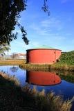 Oude rode graanschuur en blauwe rivier in Malmo Royalty-vrije Stock Foto