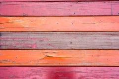 Oude, rode grunge houten verticale panelen op een rustieke schuur Royalty-vrije Stock Foto's