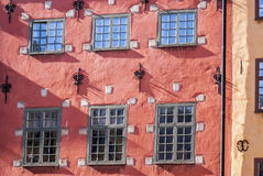 Oude rode het huismuur van Stockholm Stock Foto