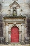 Oude rode houten deuren en oude decoratieve muur Royalty-vrije Stock Foto's