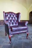 Oude rode leerstoel in het binnenland Royalty-vrije Stock Afbeelding