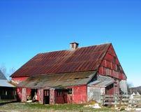 Oude rode schuur. Royalty-vrije Stock Afbeeldingen