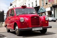 Oude rode taxi in Londen stock afbeeldingen
