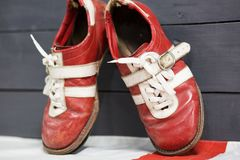 Oude rode tennisschoenen voor gewichtheffen stock afbeelding