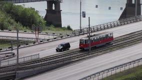 Oude rode tram met mensengang op brug stock videobeelden