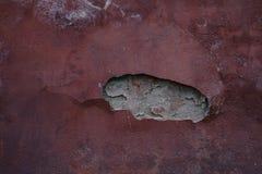Oude rode vergoelijkte muur met rijke en diverse textuur royalty-vrije stock fotografie
