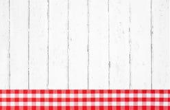Oude rode witte gecontroleerde houten achtergrond met stoffen op fram Stock Afbeeldingen