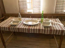 Oude Roemeense traditionele herberg bij het Dorpsmuseum van Valcea-Provincie royalty-vrije stock afbeelding