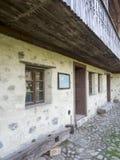Oude Roemeense traditionele herberg bij het Dorpsmuseum van Valcea-Provincie stock foto's