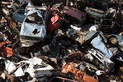 Oude roestende auto's in een troepwerf Stock Fotografie