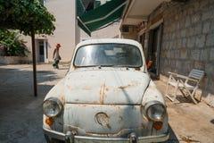 Oude roestige auto in achtertuin stock fotografie