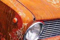 Oude roestige auto in close-upmening Stock Foto's