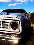 Oude roestige auto op het gebied Stock Fotografie