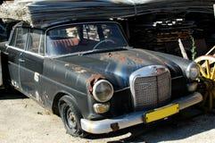 Oude roestige auto op parkeerterrein Stock Afbeelding