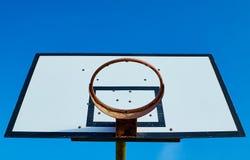 Oude, roestige basketbalrand stock afbeeldingen