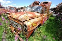 Oude roestige bestelwagen trusk bij een autoautokerkhof stock foto's