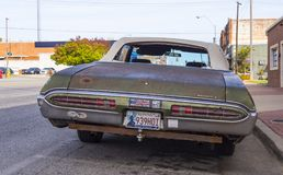 Oude roestige Bonneville-auto in de straten van de Stad van Oklahoma - STROUD - OKLAHOMA - OKTOBER 24, 2017 Royalty-vrije Stock Foto