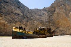 Oude roestige boot bij het witte zand van Navagio-Schipbreukstrand  Stock Fotografie
