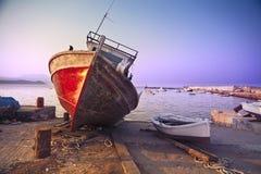 Oude roestige boot in Koroni, Griekenland Stock Afbeelding