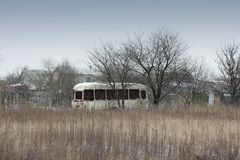 Oude roestige bus op het gebied stock foto's