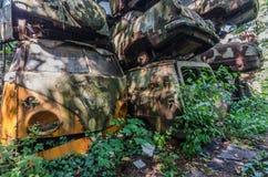 Oude roestige bussen en auto's royalty-vrije stock foto