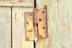 Oude roestige carport op een houten deur royalty-vrije stock fotografie