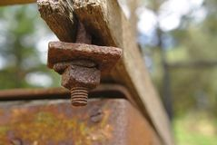 Oude roestige corrosieve noten en bout royalty-vrije stock foto