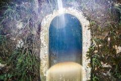 Oude roestige deur stock afbeeldingen